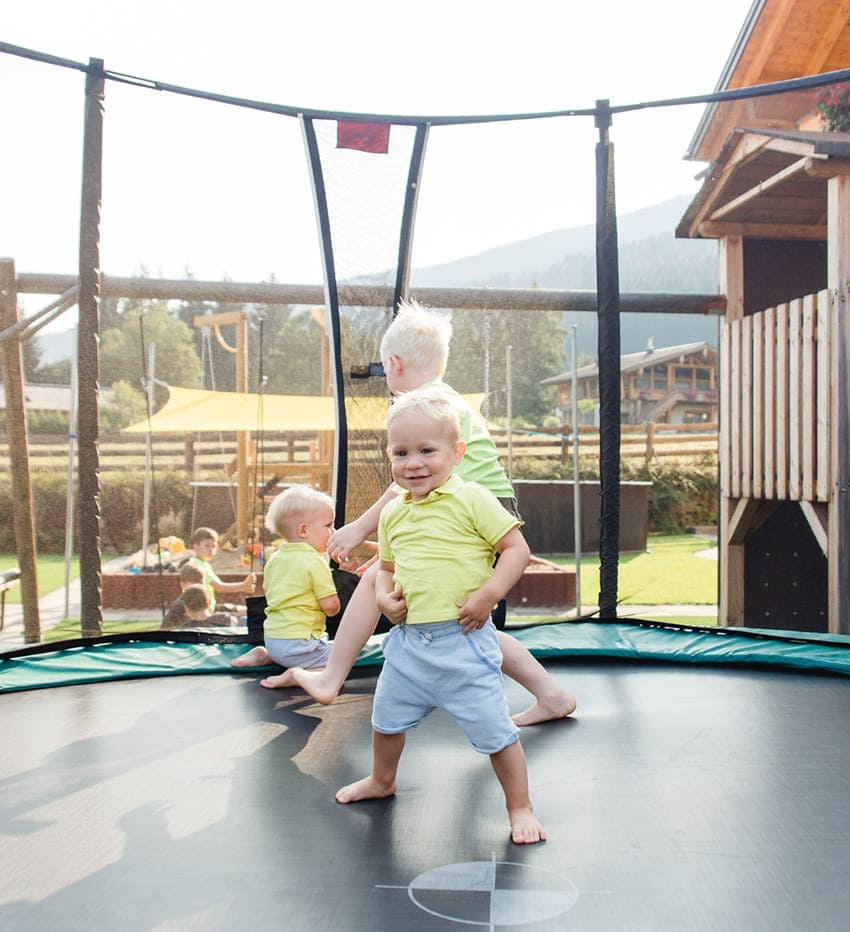 Kinder am Trampolin